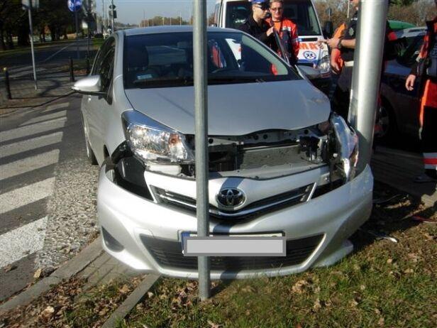 Pijany kierowca uderzył w latarnię straż miejska