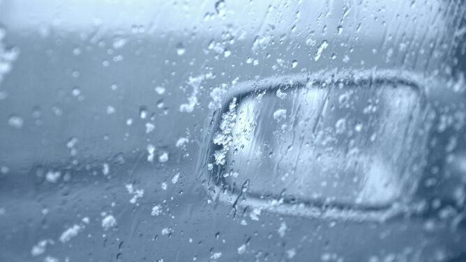 Kierowcy, uważajcie na śnieg i deszcz ze śniegiem