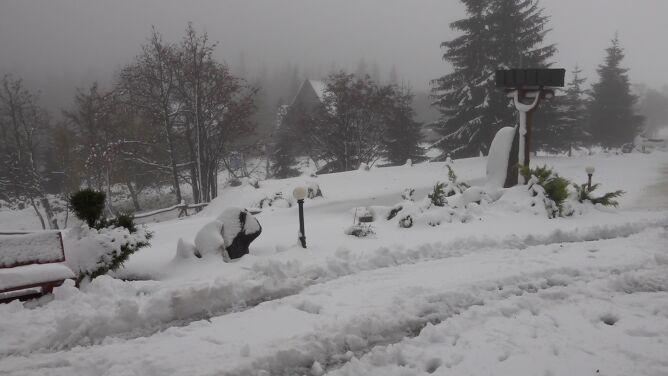 """W Karkonoszach spadło ponad 20 centymetrów śniegu. """"Totalnie nas zablokowało"""""""