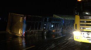 Wiatr przewrócił samochód ciężarowy w woj. łódzkim